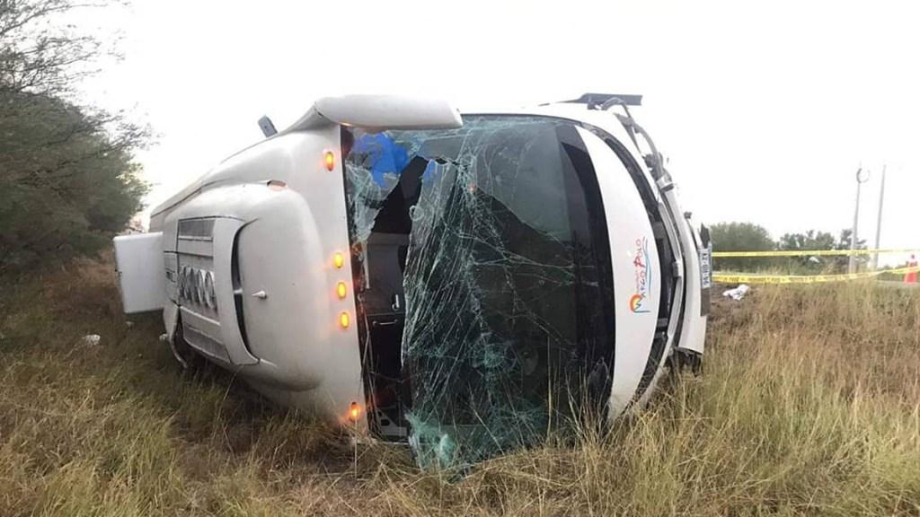 Vuelca autobús con integrantes de FRENAAA en Matamoros; murieron dos personas - Autobús volcado en carretera de Matamoros. Foto de @elahoratams
