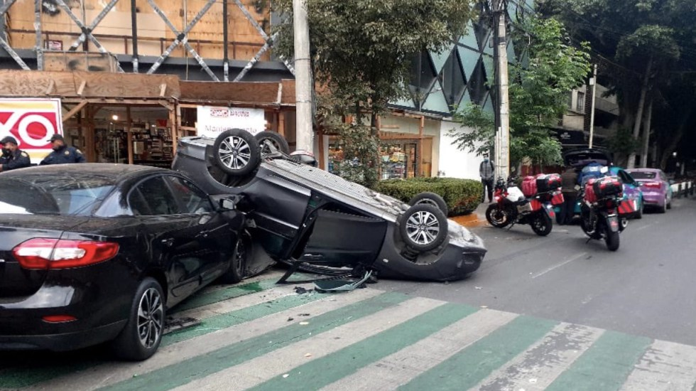 Choque provoca volcadura de vehículo en la colonia Granada; no hay heridos - Foto de @halconazulmx