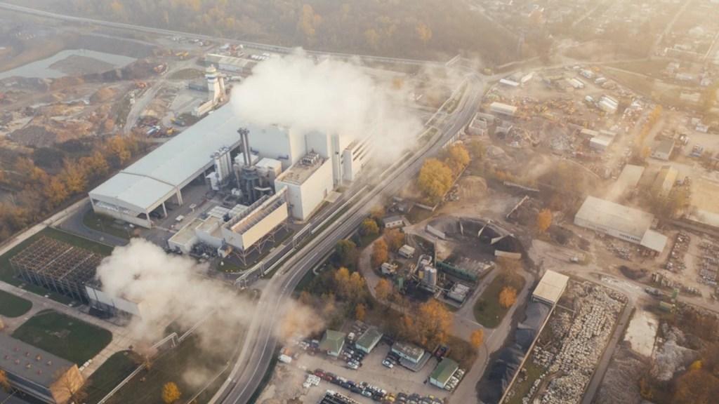 Nuevo récord de CO2 en atmósfera muestra la necesidad de compromisos en COP26 - Emisiones de CO2. Foto de Marcin Jozwiak