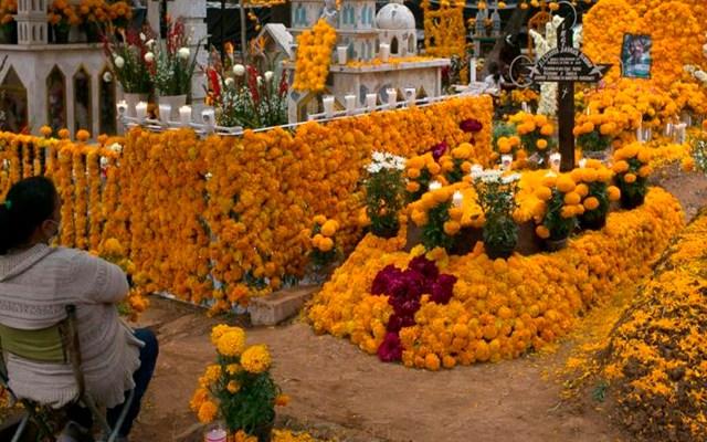 México celebra Día de Muertos con restricciones en panteones abiertos o desde casa - Foto EFE