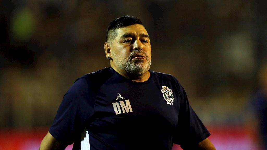 Afirman que Maradona se cayó y se golpeó la cabeza días antes de morir - El entrenador de Gimnasia y Esgrima La Plata, Diego Maradona. Foto de EFE/Demian Alday Estévez/Archivo.