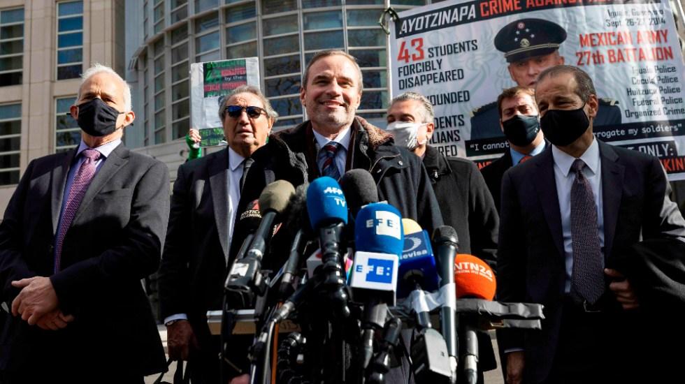 """El general Salvador Cienfuegos podría regresar hoy mismo a México; """"es un hombre libre"""", dice su defensa - Edward Sapone (C), abogado en EE.UU. del general Salvador Cienfuegos. Foto de EFE"""