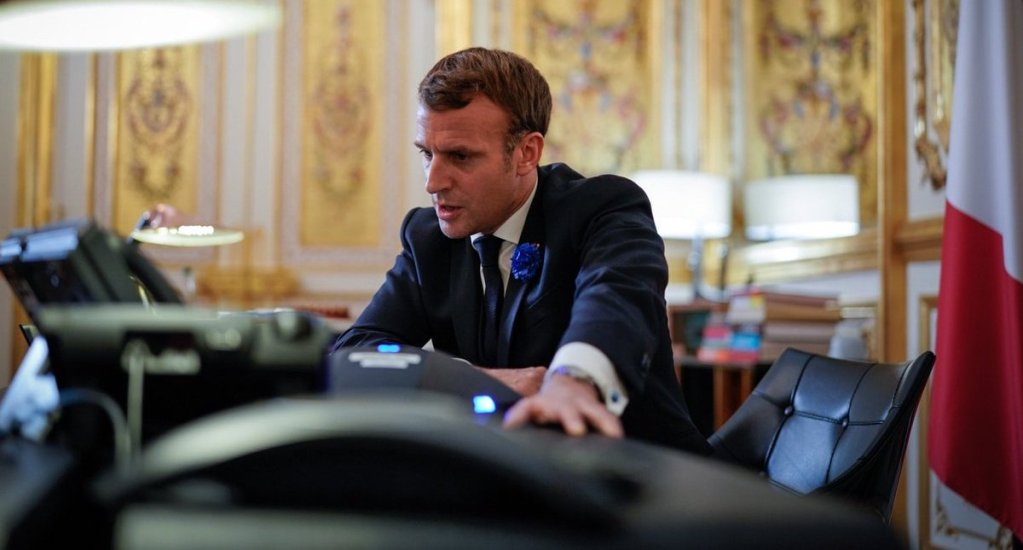 """Conversa Macron con Joe Biden; lo felicita por su triunfo en las elecciones y asegura trabajarán en """"prioridades compartidas"""" - Emmanuel Macron conversando con JOe Biden por teléfono. Foto de @EmmanuelMacron"""
