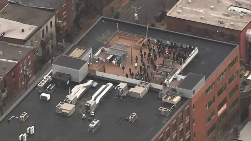 #Video Llamada al 911 moviliza a la Policía a oficinas de Ubisoft Montréal - Empleados en el techo del edificio de Ubisoft Montréal. Foto de TVA Nouvelles