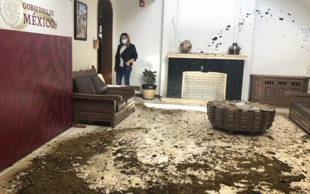 Productores de leche llenan de estiércol oficina de delegada de Bienestar en Chihuahua por falta de pago - Estiércol en oficina de Bertha Alcalde Luján. Foto de Tiempo