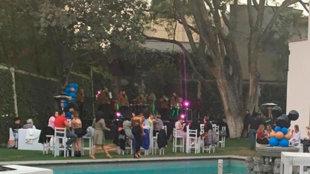 Pese a rebrote, realizan fiesta con más de 100 invitados en la Ciudad de México - Foto Twitter @vromog