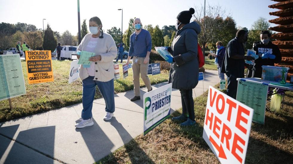 Afluencia de votantes es desigual en distintas partes de EE.UU. - Fila para votar en Durham, EE.UU. Foto de EFE