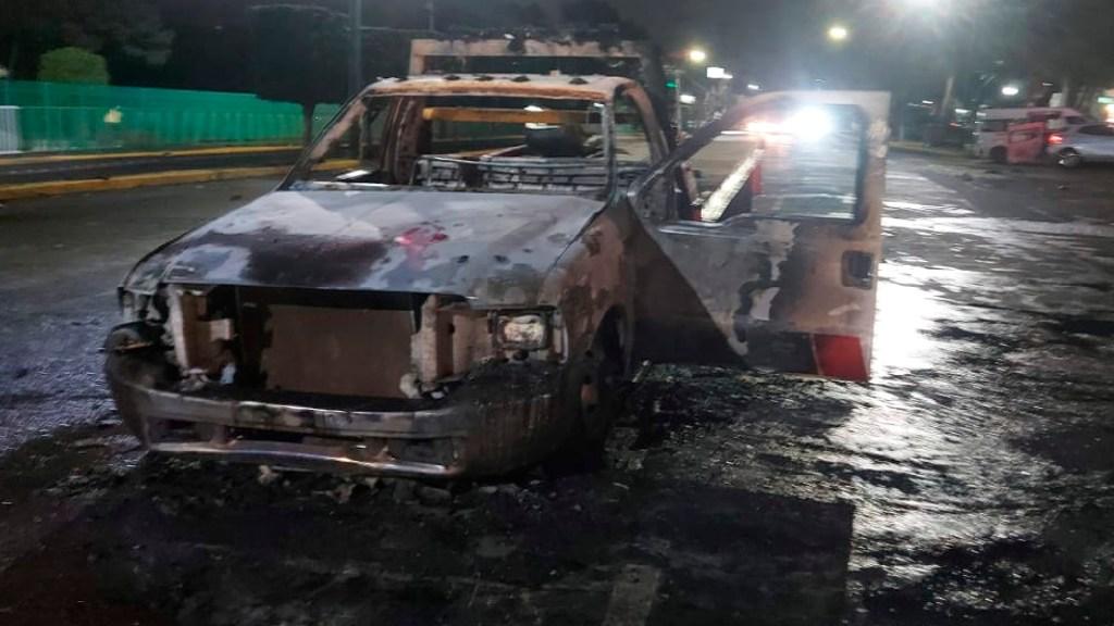 #Video Enfrentamiento entre operadores de grúas y choferes de transporte público deja varios vehículos destrozados en Atizapán - Grúas incendiadas y unidades de transporte dañadas en Atizapán por enfrentamiento. Foto Ayuntamiento Atizapán