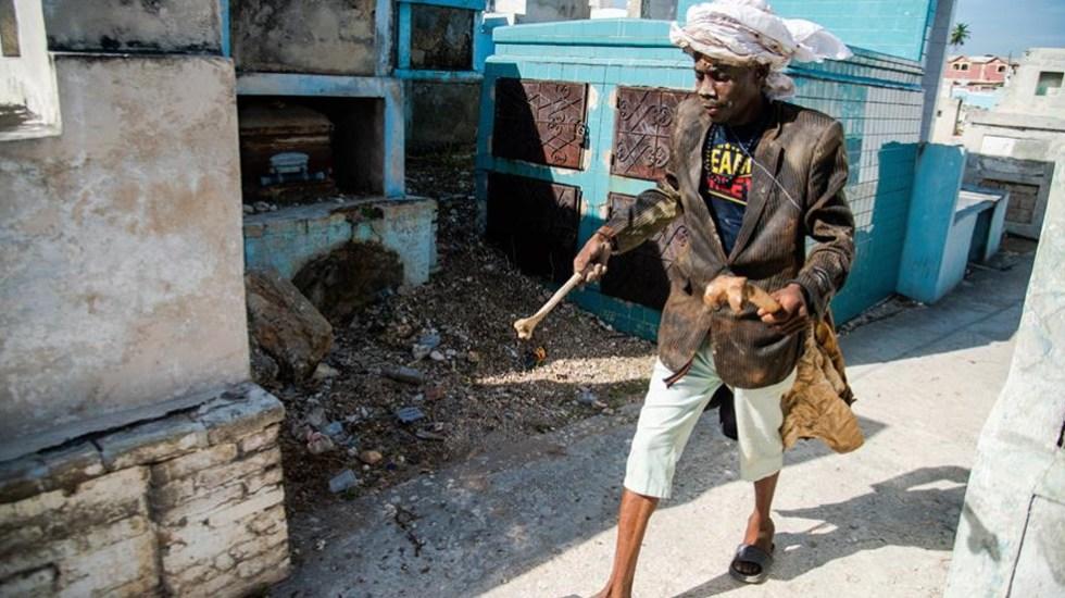 Haití celebra Día de los Muertos como si no hubiera COVID-19; miles asisten a cementerio de Puerto Príncipe sin protección - Una persona visita un cementerio durante las celebraciones del guédé, una de las principales festividades del vudú, la tradicional fiesta de los muertos hoy en Puerto Príncipe (Haití). EFE/Jean Marc Herve Abelard