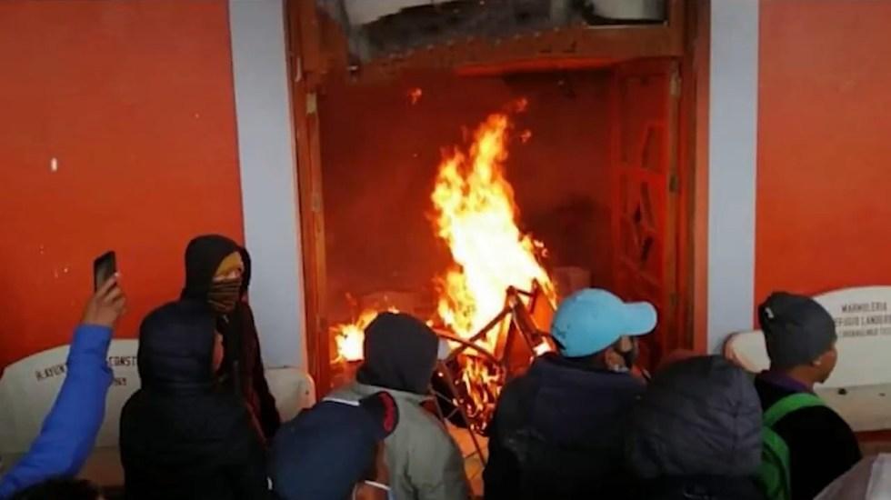 #Video Incendian alcaldía de Chignautla, Puebla, por supuesta privatización del agua - Incendio de Presidencia Municipal de Chignautla, Puebla. Captura de pantalla