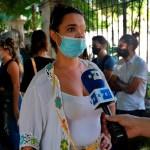 Los opositores cubanos en huelga de hambre están débiles pero arropados tras el golpe - La curadora Claudia Genlui habla durante una manifestación en apoyo a 14 opositores desalojados, frente a la sede del Ministerio de Cultura en La Habana, Cuba. Foto EFE