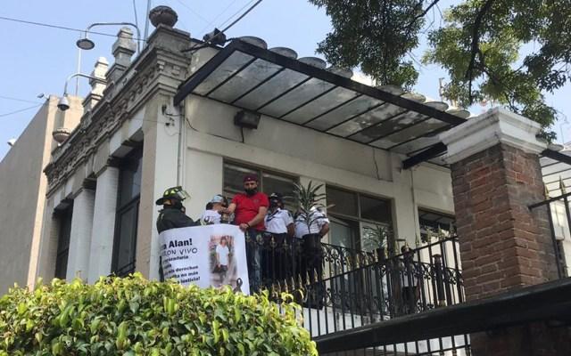 #Video Madre de joven asesinado escala rejas de Segob y se amarra a barandal - Manifestación de Silvia Castillo en la Segob. Foto de @antonioaranda_