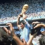 Murió Diego Armando Maradona. Para muchos, el mejor de la historia - Diego Armando Maradona con la Copa del Mundo tras derrotar la selección argentina a Alemania en el estadio Azteca el 29 de junio de 1986 en Ciudad de México. Foto de EFE