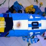 Empleados de funeraria se toman fotos junto al cuerpo de Maradona