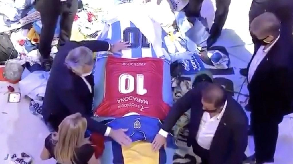 Policía de Buenos Aires registra bienes de empleados que se tomaron foto con cadáver de Maradona - Captura de pantalla