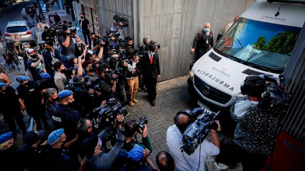 Maradona recibe el alta hospitalaria; seguirá bajo supervisión en casa - La ambulancia que trasladó a Diego Armando Maradona tras recibir el alta en la Clínica Olivos, en Buenos Aires, Argentina. EFE/Juan Ignacio Roncoroni