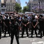 Incidentes y enfrentamientos con la policía tras cierre en funeral de Maradona
