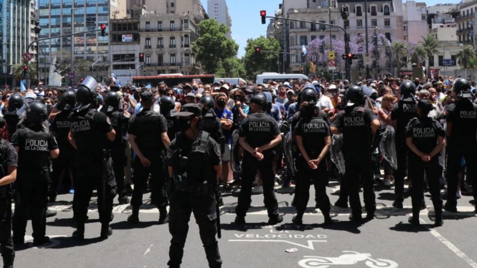 Incidentes y enfrentamientos con la policía tras cierre en funeral de Maradona - Foto de @RevistaPPV