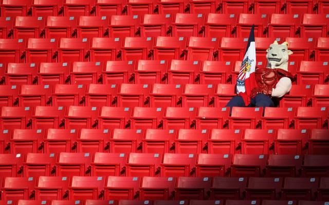 Estadios deberían reabrir hasta Semáforo Amarillo, recuerda López-Gatell - Mascota de las Chivas en estadio Akron. Foto de @EstadioAkron