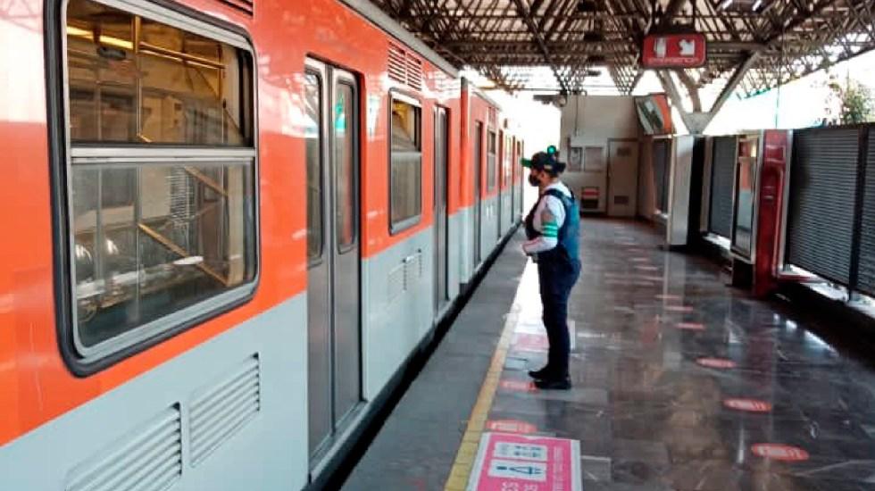 Reúnen policías capitalinos con su madre a dos niños extraviados en el Metro - Foto Twitter @MetroCDMX