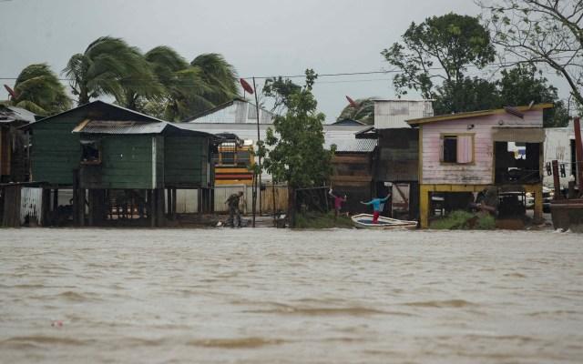 Eta azota la zona del Caribe de Nicaragua; provoca los primeros daños materiales - Dos niños (d) bajan de una embarcación después de cruzar el Río Wawa el cual aumentó su caudal por las fuertes lluvias y el paso del huracán ETA, hoy en la costa caribe norte de Bilwi (Nicaragua). Foto de EFE/Jorge Torres