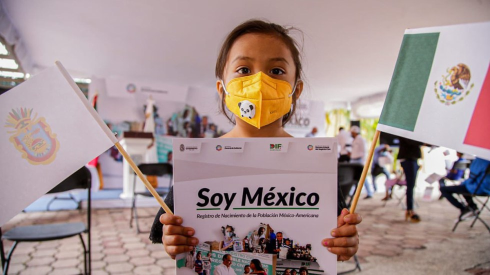 Entrega el gobernador Héctor Astudillo certificado de doble nacionalidad a 154 guerrerenses - Niña beneficiaria del programa Soy México en Guerrero. Foto de @HectorAstudillo