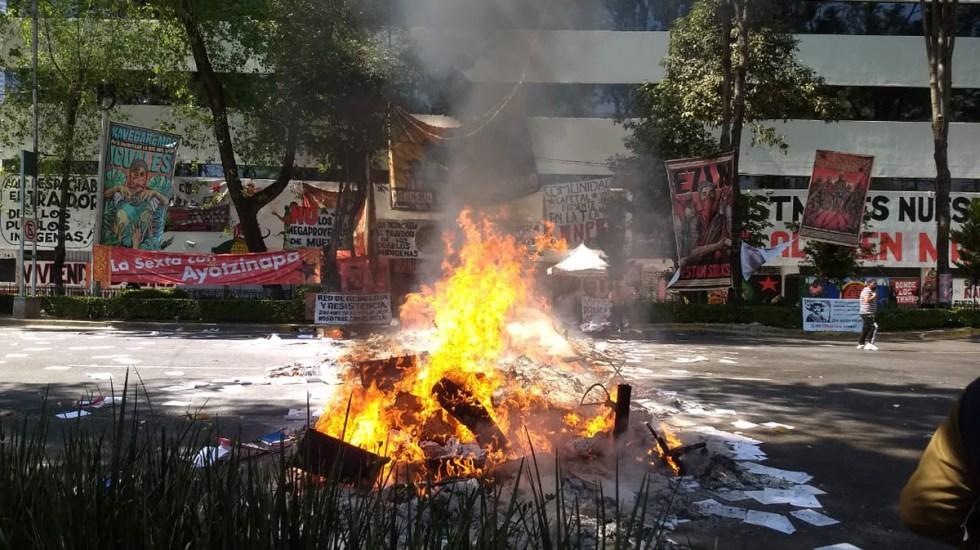 #Video Queman indígenas documentos del INPI y bloquean Av. México-Coyoacán - Quema de documentos del INPI. Foto de S. Servín / Foro TV