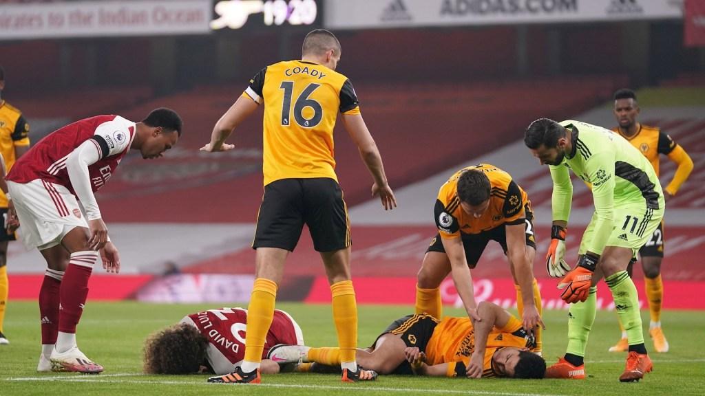 #Video Raúl Jiménez choca con David Luiz; sale en camilla y entra a hospitalización - Raúl Jiménez golpe choque partido