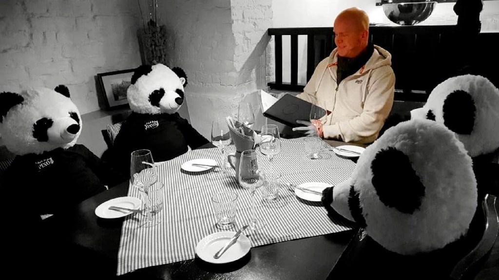 Restaurante protesta contra la cuarentena con osos de peluche - Restaurante protesta con osos de peluche contra la cuarentena decretada en Alemania. Foto IG pino.frankfurt
