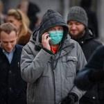 Rusia encadena otro récord de muertes por COVID-19 - Solo un hombre usa cubrebocas al caminar por calles de Rusia. Foto de EFE