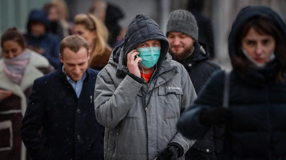 Respalda estudio uso del cubrebocas para frenar expansión del COVID-19 - Solo un hombre usa cubrebocas al caminar por calles de Rusia. Foto de EFE