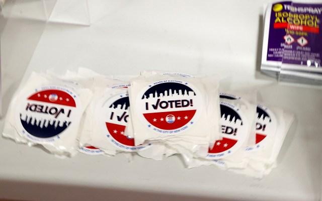 Promueven jugadores de NBA y WNBA el voto en EE.UU. - Stickers de Yo voté que se proporcionan a electores de EE.UU. tras emitir su voto. Foto de EFE