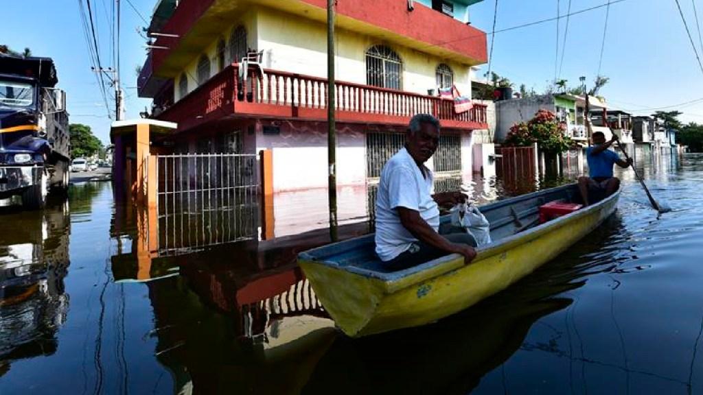 Alerta en el sureste de México: no pararán las lluvias ante Frente Frío y Tormenta Tropical 'Iota' - Una calle inundada este sábado en la ciudad de Villahermosa, Tabasco. Foto EFE/Jaime Ávalos