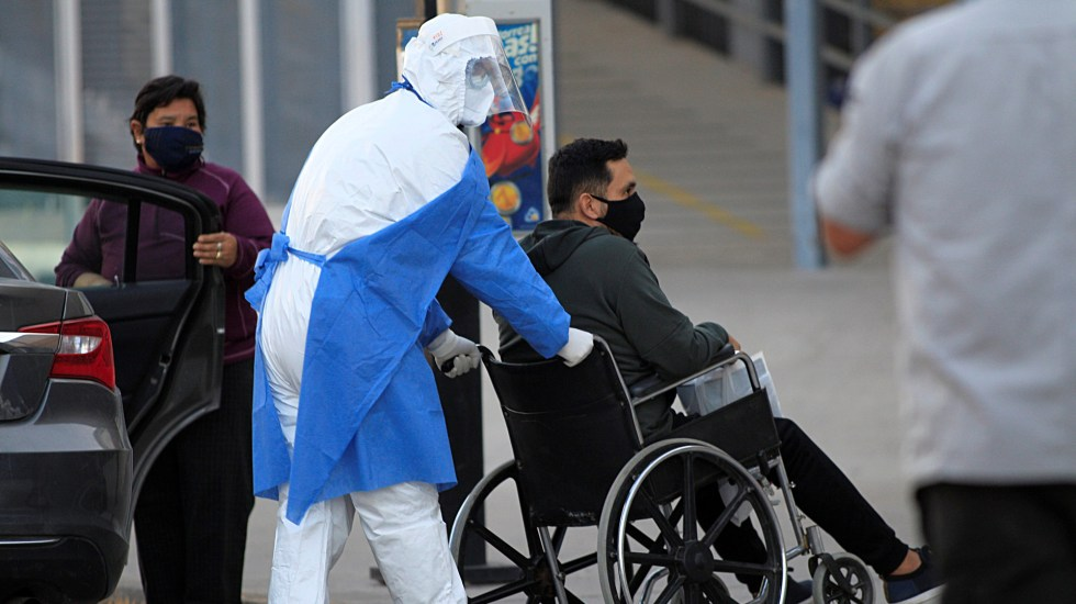 En las últimas 24 horas, México registró 5 mil 746 nuevos casos de COVID-19 y 617 muertes - Trabajador sanitario empuja la silla de ruedas con un paciente presuntamente positivo a COVID-19 a su ingreso  al hospital General de Ciudad Juárez, Chihuahua. Foto de EFE