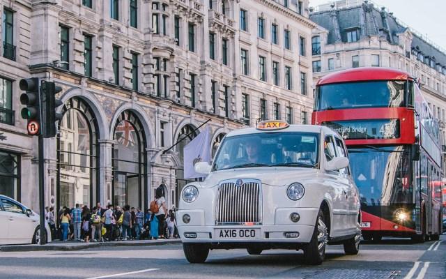 Reino Unido prohibirá venta de vehículos de diésel y gasolina en 2030 - Tránsito en Londres, Inglaterra. Foto de Sabrina Mazzeo / Unsplash
