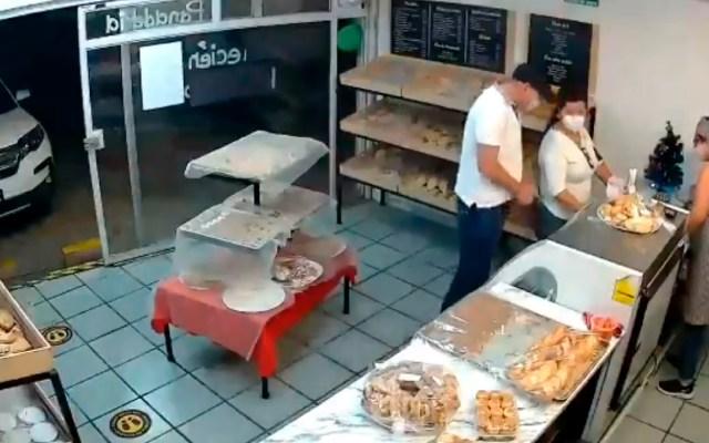 #Video Sujeto armado asalta a mujer en panadería de Guadalajara; le roba su camioneta - #Video Sujeto armado ingresa a panadería y roba camioneta a dueña en Guadalajara, Jalisco