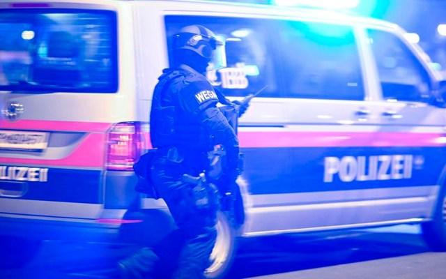 """Expresa Cancillería mexicana """"solidaridad"""" por ataques terroristas en Viena - Agentes de la Policía de Viena desplegados tras ataques terroristas. Foto EFE"""
