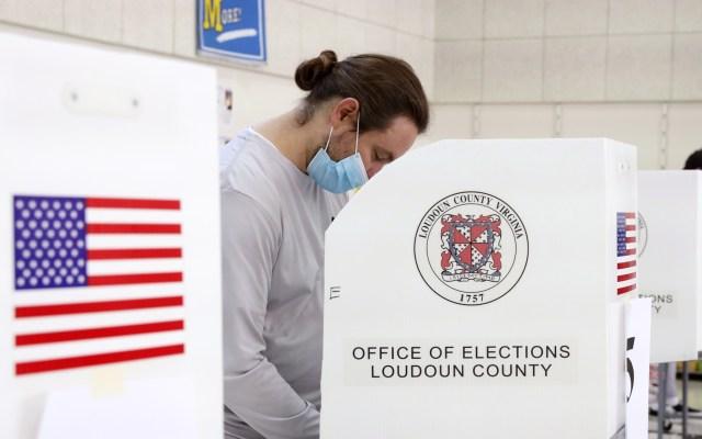 Defensa de Trump atribuye fraude electoral a software creado por órdenes de Hugo Chávez - Votación en casilla por elecciones en EE.UU. Foto de EFE