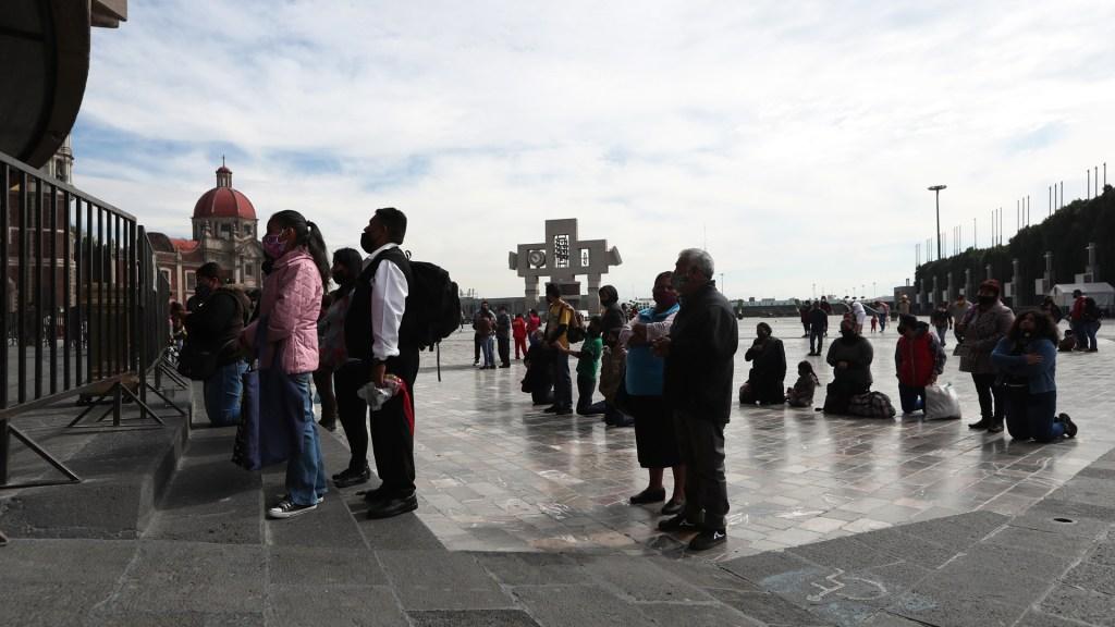 Arquidiócesis hace llamado 'urgente' a frenar contagios de COVID-19 - Decenas de peregrinos abarrotan la Basílica de Guadalupe previo a su cierre durante el Día de la Virgen por los contagios de COVID-19. Foto de EFE
