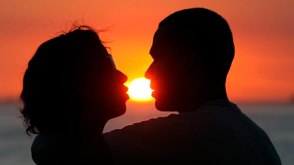 Apps de citas no destruyen el amor, concluye estudio científico suizo - Foto de EFE