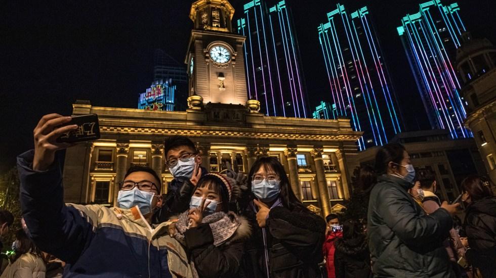 Reciben en Wuhan el año 2021 sin sana distancia - Año Nuevo en Wuhan. Foto de EFE