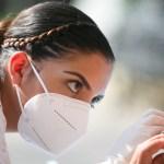 Jalisco deja contención de pandemia y enfrenta crisis en hospitales - Aplicación de prueba de COVID-19 a mujer en Jalisco. Foto de @GobiernoJalisco