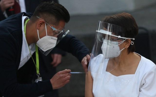 #Video Inicia México plan de vacunación contra COVID-19; enfermera de 59 años la primera en recibir la vacuna - Aplicación de vacuna contra COVID-19 a la enfermera María Irene Ramírez. Foto de EFE