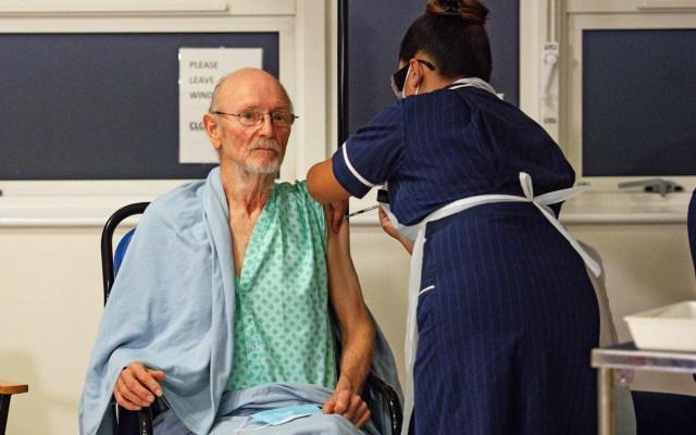 Casi 138 mil personas han sido vacunadas en el Reino Unido - Aplicación de vacuna contra COVID-19 en Reino Unido a William Shakespeare. Foto de EFE