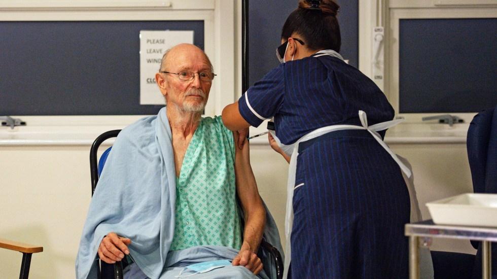 Vacunan en Reino Unido a William Shakespeare contra COVID-19 - Aplicación de vacuna contra COVID-19 en Reino Unido a William Shakespeare. Foto de EFE