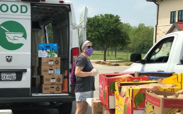 Millones en EE.UU. abocados a la caridad para llenar su despensa en la pandemia - Foto de @HaysFoodBank