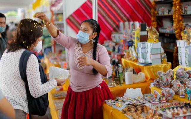 """Baños de florecimiento, una ancestral forma de """"limpiarse"""" del pandémico 2020 - Foto de EFE"""