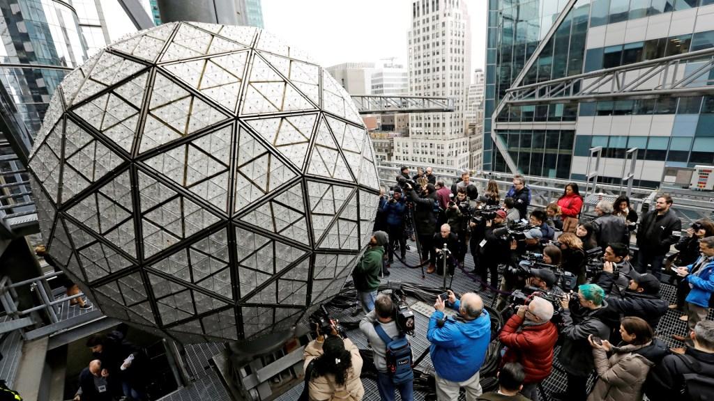 Times Square recibirá el 2021 con ceremonia sin público por la pandemia - Bola del Times Square para recibir al año 2021. Foto de EFE