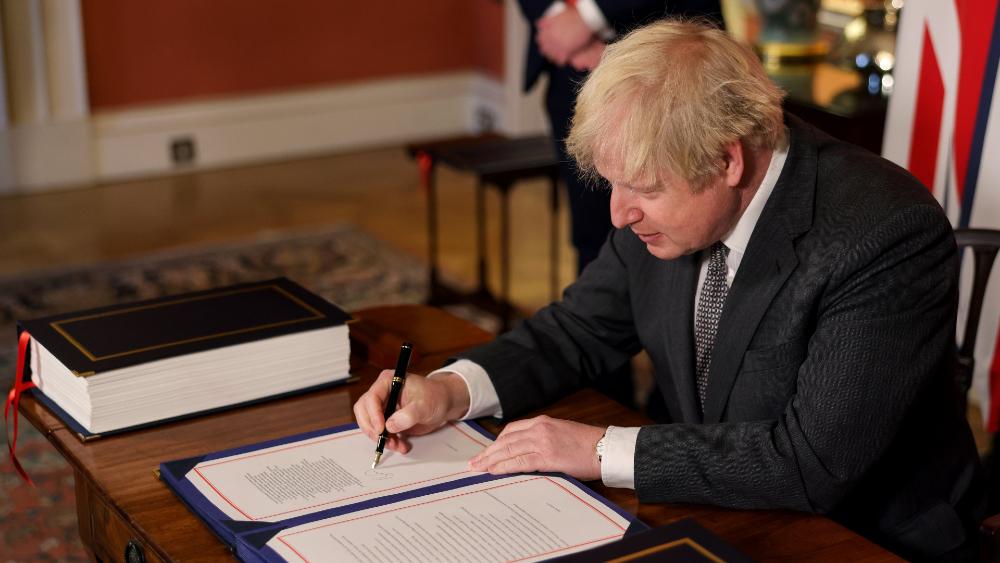 Boris Johnson firma el acuerdo del Brexit al que llegó con la Unión Europea - Foto de @BorisJohnson