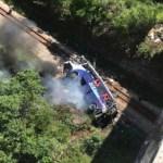 Al menos 16 muertos y 27 heridos al caer un autobús de un viaducto en Brasil - Foto de @G1